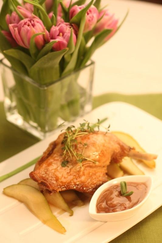 Udko z polskiej gęsi podane z gruszkami, rozmarynem i konfiturą kasztanowo-waniliową