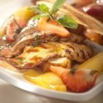 Wątróbki indycze z glazurowanymi w miodzie gruszkami i truskawkami podane na ciepłych tostach z chałki
