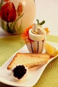 Wędzony łosoś norweski z gotowanym jajkiem, puszystym chrzanem i kawiorem