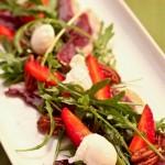 Wiosenna sałatka z rukoli i wędzonej piersi kaczki z truskawkami, jajkami przepiórczymi w koszulkach i białym kremem balsamico