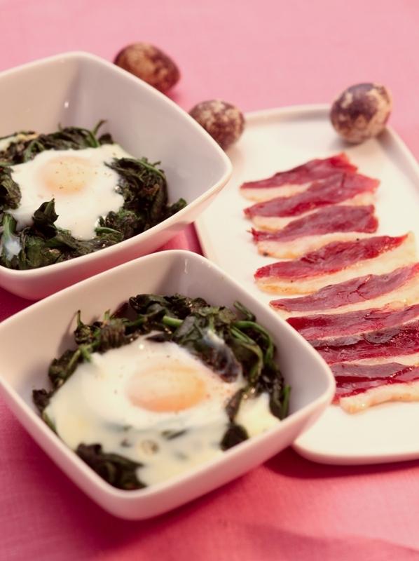 Zapiekany szpinak z jajkiem i plastrami wędzonego półgęska