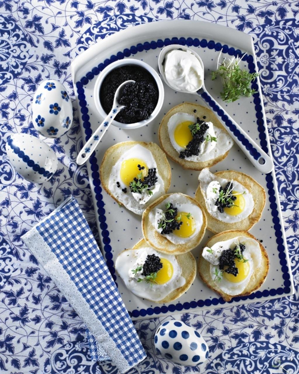 Bliny z jajkami przepiórczymi, czarnym kawiorem i jogurtem
