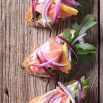 Grzanki z pastą serowo-ziołową, jajecznicą i wędzoną sielawą